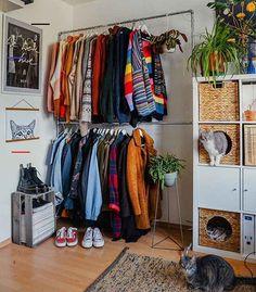 Você pode instalar algumas prateleiras, colocar itens de decoração e algumas plantas para dar vida e… Room Ideas Bedroom, Diy Bedroom Decor, Bedroom Inspo, Dream Rooms, Dream Bedroom, Music Bedroom, My New Room, My Room, Kleidung Design