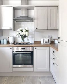 Howdens Joinery Burford kitchen in cashmere, modern country kitchen - All For Decoration Modern Country Kitchens, Country Kitchen Designs, Cool Kitchens, Kitchen Modern, Kitchen Country, Kitchen Ideas Simple, Kitchen Ideas On A Budget, Small House Kitchen Ideas, Country Kitchen Accessories