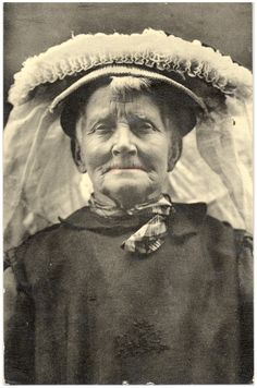 18381 Een vrouw met poffer... 1890 - 1920 #NoordBrabant