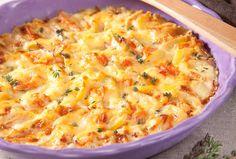 Kartoffel-Kürbis-Gratin:       600 g Kartoffeln (festkochend)     600 g Kürbis (z.B. Muskatkürbis)     Salz     Pfeffer     3 Zweige Thymian     1 Knoblauchzehe     250 ml Rama Cremefine zum Kochen 15%     80 g Käse (z.B. Emmentaler, gerieben)