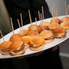 9 picaderas dominicanas para tu fiesta de Super Bowl   Remolacha - Noticias Republica Dominicana Spanish Food, Caramel Apples, Finger Foods, Cupcake Cakes, Catering, Buffet, Food And Drink, Appetizers, Eat