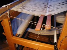 Kette alleine Bäumen mit Hilfe eines Besenstiels / Warping the loom alone using a broomstick Weaving Techniques, Clothes Hanger, Spinning, Brain, Home Decor, Fabrics, Woven Chair, Loom, Natural Colors