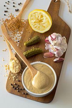 Salsa Cesar Vegana 1 cda de semillas de lino + 3 cdas de agua 1 diente de ajo 2 pepinillos en vinagre 8 cdas de queso Parmesano vegano* 6 cdas de aceite de oliva virgen extra 1 cda de zumo de limón 1 cda de salsa de soja o tamari 1 cda de vinagre de Módena 1 cdita de mostaza Pimienta al gusto Sal al gusto (opcional) Echa en la batidora las semillas de lino y el agua. Bate y deja reposar unos 5 minutos. Echa el resto de los ingredientes y vuelve a batir hasta que estén completamente…