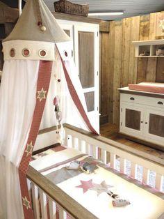 Uit eigen Atelier, deken overtrek met sloop, gemaakt van Naturel linnen, ecru wafel en een landelijk rood ruitje.  wij maken al overtrekjes vanaf 59,00 die al mooier zijn dan alle standaard beddengoed die elders te krijgen zijn!