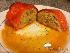 Recept za Punjene paprike sa krompirom i pirinčem. Za spremanje ovog jela neophodno je pripremiti papriku, ulje, luk, pirinač, vodu, brašno, alevu papriku, šargarepu, so, biber.