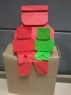 Una de mis creaciones, figuras humanas que pueden encajarse. Utilizando de base un papel cuadrado, puro origami, sin tijeras ni pegamentos.