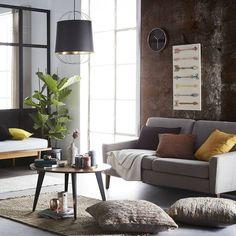 La simplicité de la structure de Lanterna contraste avec l'atmosphère qu'elle diffuse: la lumière lorsqu'elle se met en scène dans l'intérieur doré donne soudain à la lampe un rayonnement à la fois puissant et chaleureux. Visitez la page @petitefriture de notre site web pour plus de détails! Foyers, Site Web, Lamp Design, Furniture Design, Colours, Warm, Black And White, Living Room, Interior Design