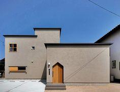 #2015四国化成空間設計賞 - パラペット小庇の家 這個由建築師 宇佐美淳 設計的住宅,是2015年完工的新作品,住家由兩棟建物構成,平屋和2階建部份都是木造,外壁刻意選用日本傳統色的土壁,由左官職人以木鏝手作完成,形成絕佳的平滑觸感,是個相當需要手作技術的住宅,因而獲得2015年金賞的肯定。 via 宇佐美建築設計室