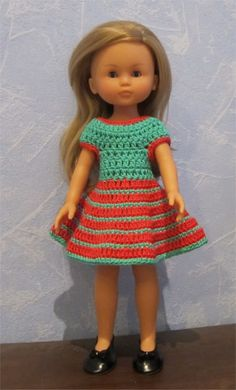Passion Poupées: Camille in red and green - hugmyndir að dúkkubarnafötum Knitting Dolls Clothes, Crochet Barbie Clothes, Knitted Dolls, Crochet Dolls, Crochet Baby, Doll Clothes, Hipster Graphic Tees, Nancy Doll, Outfits With Hats