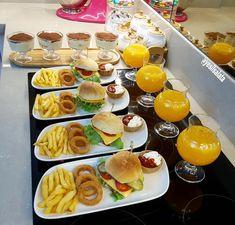 Food Platters, Food Dishes, Fest Des Fastenbrechens, Party Food Buffet, Breakfast Platter, Food Presentation, Breakfast Presentation, Food Decoration, Food Goals