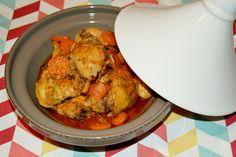Tajine é a palavra usada para designar uma travessa em forma de cone, muito usada para fazer estufados em Marrocos, bem como os pratos que são nela preparados. Adoro pratos com sabores fortes, diferente do que costumamos comer em casa. Então para variar um pouco saiu este Frango na Tajine que ficou delicioso, embora nao seja receita típica marroquina.