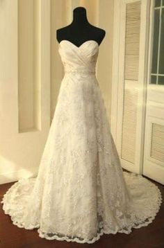 perfectttt. sweetheart neckline with delicate lace and a little poof for the princess-ish look