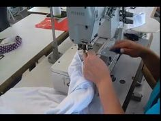 CONFECCIONAR T-SHIRTS PASO A PASO :Cuando la camisa esté lista, enciéndala y póngale una banda de goma en el cuello y las mangas para un buen acabado. Sewing, Videos, T Shirt, Men, Black, Sewing Caddy, Sewing By Hand, Cut Up Tees, Polo Shirts