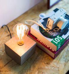 Luminária com lâmpada de filamento dá clima aconchegante ao estar.
