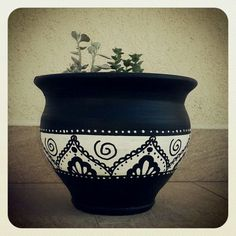 black and white painted terracotta pots Pottery Painting Designs, Pottery Designs, Paint Designs, Painted Plant Pots, Painted Flower Pots, Painted Pebbles, Flower Pot Crafts, Clay Pot Crafts, Flower Pot Design