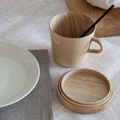 wood cup and coaster/ lid Wooden Fruit Bowl, Wood Mug, Pause Café, Kitchenware, Tableware, Cup Coaster, Minimal Design, Wood Design, Wood Turning