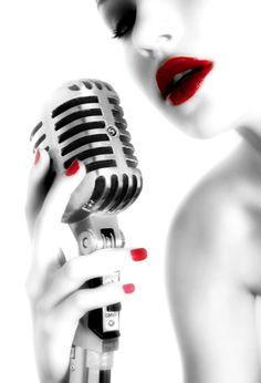 Singing senior picture ideas for girls. Singing senior pictures. #singingseniorpictures #seniorpictureideasforgirls