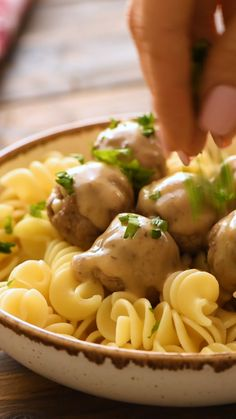 Crockpot Swedish Meatballs Quick and easy Crockpot dinner! This Crock Pot Swedish Meatballs is served over a bed of egg noodles and is a recipe the entire family will love for an easy weeknight dinner! Easy Weeknight Dinners, Quick Easy Meals, Healthy Dinner Recipes, Dinner Crockpot, Crockpot Recipes, Meatball Crockpot Recipe, Easy Crockpot Meals, Diet Recipes, Crock Pot Meatballs