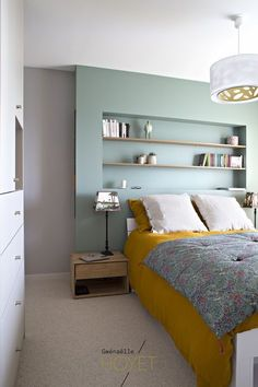 Décoration suite parentale: agencement sur mesure, Farrow and Ball Chappell Green, bois. Bedroom Setup, Small Room Bedroom, Master Bedroom Design, Home Bedroom, Bedroom Decor, Bedroom Ideas, Small Rooms, Master Suite, Small Bedroom Arrangement