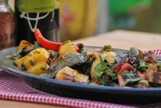 Grilled Chicken and Pepper Salad - Chef Michael Smith - this looks delicious! Primal Recipes, Healthy Recipes, Healthy Salads, Soup Recipes, Salad Recipes, Roasted Veggies In Oven, Grilled Veggies, Entree Dishes, Recipes