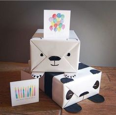 Daww, aren't these adorable? You use the fold lines of your white wrapping paper to guide your drawing of a polar bear or panda. Cute Gift Wrapping Ideas, Present Wrapping, Creative Gift Wrapping, Creative Gifts, Baby Gift Wrapping, Gift Ideas, Panda Birthday Party, Panda Party, Bear Birthday