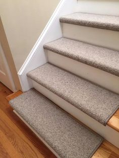 Great Photo Carpet Stairs edge Concepts One of many fastest ways to revamp your tired old staircase is to cover it with carpet. While carpet Wall Carpet, Diy Carpet, Bedroom Carpet, Modern Carpet, Carpet Ideas, Carpet Trends, Beige Carpet, Staircase Carpet Runner, Carpet Stair Treads