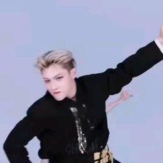Handsome Kids, Bts Dancing, Bts Funny Videos, Felix Stray Kids, Kids On The Block, Kid Memes, Crazy Kids, Kids Videos, K Idols