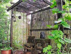 Rakentamattomaan ympäristöön sopii konstailematon pergolamalli ja isoimmista kasveista siistitty metsäpohjalattia.