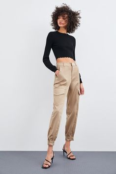 ZARA - Female - Satin cargo pants - Champagne - S Straight Trousers, Wide Leg Trousers, Trousers Women, Pants For Women, Cargo Pants Outfit, Online Zara, Outfits Damen, Cooler Look, Outfits