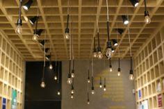 A iluminação central utiliza luminárias pendentes a fim de criar uma atmosfera mais aconchegante