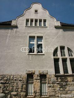 Giebel und Fassade eines alten Textilkontors aus der Gründerzeit in Bielefeld im Teutoburger Wald