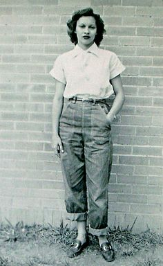 Mom at Oberlin (Louisiana) High School - 1948 by Jim in Times Square 1940s Fashion, Vintage Fashion, Fashion Top, Vintage Vogue, Spring Fashion, Fashion Brands, Vintage Jeans, Vintage Outfits, Vintage Purses