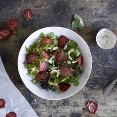 Strawberry Chips Sallad with Nýr and Pepper Dip Photo: Elisabeth Jahr Hilde