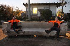 Riesenbank - Eine 3 Tonnen schwere Sitzgelegenheit aus Pappel. Tonne, Outdoor Furniture, Outdoor Decor, Home Decor, Seating Areas, Pool Chairs, Timber Wood, Art, Homemade Home Decor