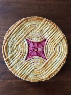 The rhubarb and apple pie with modern geometric top crust looks good after baking. Köstliche Desserts, Dessert Recipes, Cake Cookies, Cupcake Cakes, Beautiful Pie Crusts, Pie Crust Designs, Pies Art, Pie Tops, Pastry Art