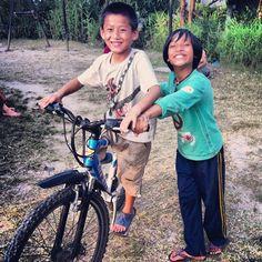 Pasang aprendiendo a andar en bici. Lo máximo!  #children #niños #kids #nepal #katmandu #solidarios #voluntario #instagram #Asia #solidaridad #voluntariado #bicicleta #bike #sonrisa #smile