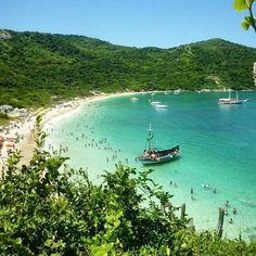 A Praia do Forno é acessível por trilha ou barco! Localizada no município de Arraial do Cabo, possui mata preservada e é ótima opção para os amantes da natureza, com suas lindas paisagens! Foto: @jhturismo_com.