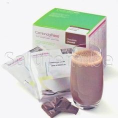 Chocolade: Shake op basis van magere melk en soja eiwit  Verrijkt met vitaminen en mineralen. Te gebruiken als totaalvoeding of als aanvullende maaltijdvervanger.  Gebruiksaanwijzing: Giet minimaal 200 ml koud water in een shaker en voeg de inhoud van dit zakje toe. Goed shaken tot een egale vloeistof  Iedere Cambridge maaltijd bevat ten minste 33% van de ADH vitaminen en mineralen