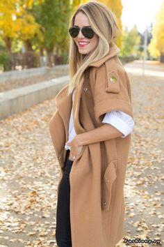 Стильные модницы в пальто / уличные модницыв голубом пальто