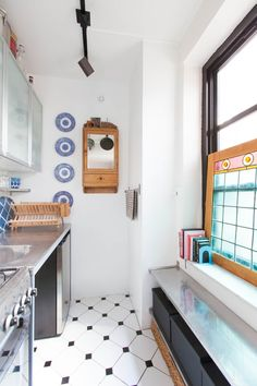 Luxury Small Kitchen Small Kitchen Survival Secrets from Stylish NYC Homes - New York is one of the capitals of living well in small homes, so it's no surprise you can get lots of kitchen storage ideas from the tiny apartments of stylish New Yorkers. Small Space Kitchen, Small Spaces, Small Kitchens, Compact Kitchen, Apartment Kitchen, Living Room Kitchen, Kitchen Dinning, Dining Room, Best Murphy Bed
