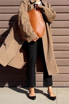 Oversized trench coat, white t-shirt, black crop flare pants, black slingback kitten heels, brown tote. #trenchcoat #ss18 #springstyle #streetstyle #stylish #fashion2018 #fashiontrends2018 #ootd #outfitideas #outfitinspiration #weartowork #minimalstyle spring work outfit, trench coat outfit