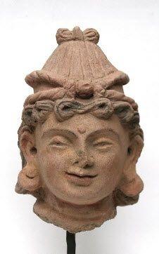 Tête de femme, la coiffure arrangée en fines bouclettes terracotta Taille : 17 cm. (6.7 in.)