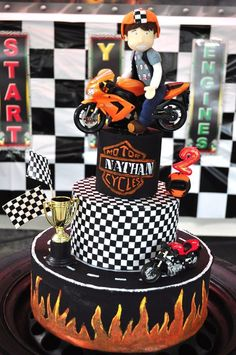 Incredible motorcycle cake Great for a boy's birthday Unique Cakes, Creative Cakes, Beautiful Cakes, Amazing Cakes, Motorcycle Birthday Parties, Harley Davidson Cake, Motorcycle Cake, Fondant, Bike Cakes