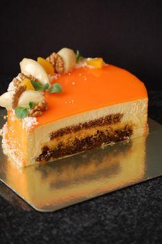 """морковный торт Морковный """"бисквит"""", нугатин из грецкого ореха, персиковое кремю с мускатом, мусс из маскарпоне. Декор: кнели из белого трюфеля с мускатом, персик, """"снег"""" из белого шоколада. Зеркальная глазурь."""