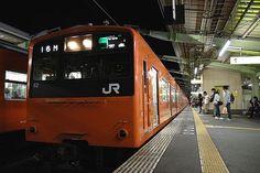 東京で見慣れているはずの電車が、少しだけ見慣れない姿をしている。僕にとっては新鮮な近畿圏の景色を、国鉄時代から走り続けている。2010/5 JR大阪環状線列車(201系)© 2010 風旅記(M.M.) 風旅記以外への転載はできません...