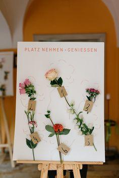 Sitzplan Hochzeit, Tischplan Hochzeit, Sitzordnung Hochzeit mit Blumen - Hochzeit auf dem Weingut   Hochzeitsblog The Little Wedding Corner