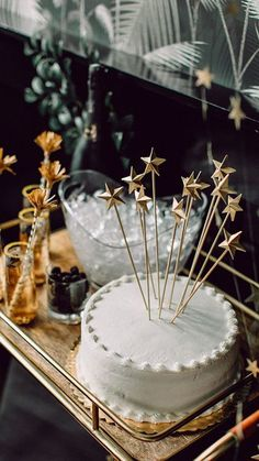 120 DIY New Years Eve Party Decorations that'll Earn you Brownie Points - Hike n Dip Make your New Year's Eve decoration earn Brownie points with these awesome New Years Eve Party Decorations. You'll love these NYE Party decoration ideas. Thai Dessert, Dessert Table, Party Favors, Party Drinks, Cocktails, Star Theme Party, New Years Eve Decorations, New Year Cake Decoration, Diy Cake Topper