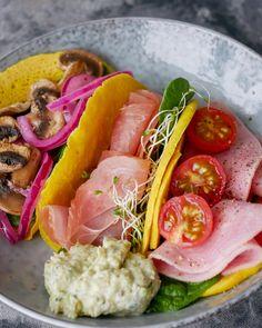 "PROTEINRIKE MINI-LEFSER"" TIL LUNSJ - Bakekona Hummus, Vegetables, Mini, Food, Cilantro, Alternative, Essen, Vegetable Recipes, Meals"