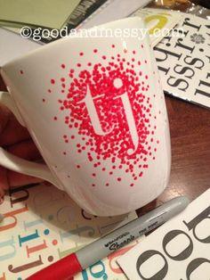 Letterstickers plakken, met porseleinstif stipjes zetten en afbakken in de oven. Je kan ook met een rollertje en porseleinverf aan de slag gaan voor witte letters en een effen kleur beker.