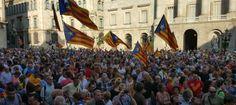 Plaça de Sant Jaume plena de gom gom en suport del 27-S. L'endemà de la signatura de la convocatòria. Com el suport a la bandera espanyola de l'altre dia, oi?